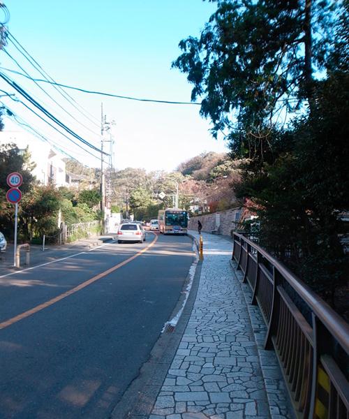 江ノ電バス「八幡宮裏」バス停手前より